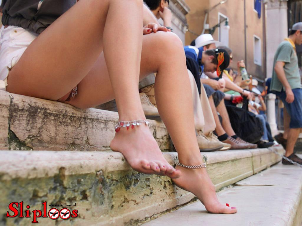 Piercings van meisje zijn zichtbaar als ze sliploos buiten zit!