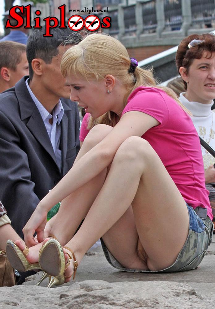Geil vrouwtje zit zonder slipje met haar benen wijdt!