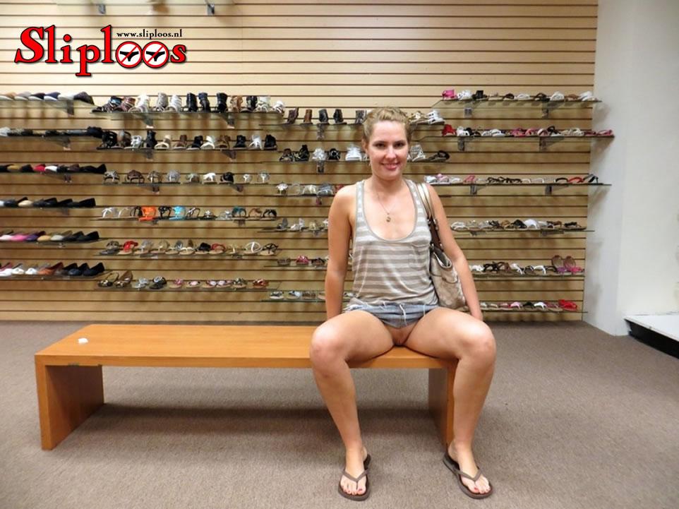 Meisje zit zonder slipje aan in een schoenenwinkel!