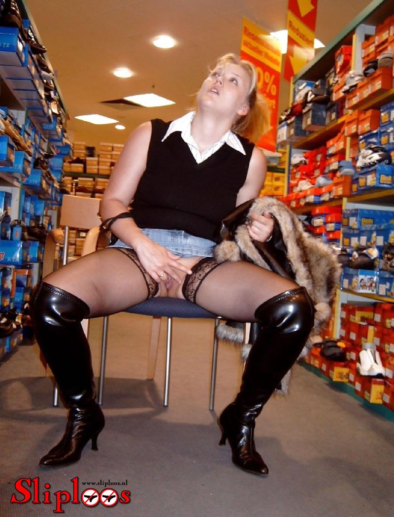Blondje zit zonder slipje aan op stoel in schoenenwinkel!