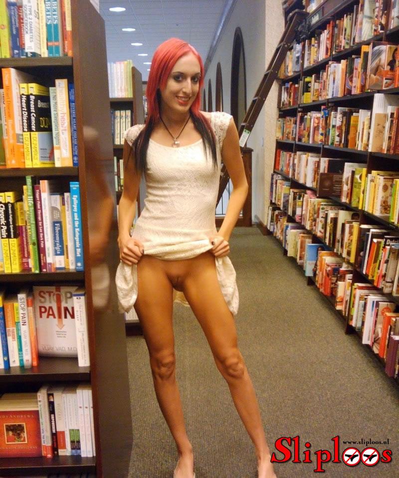Roodharig meisje showt haar kutje in de bibliotheek!