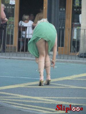 Als vrouw de weg oversteekt waait haar jurkje omhoog!
