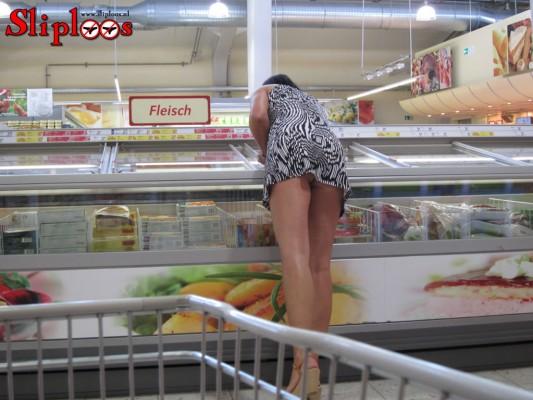 Huisvrouw doet zonder slipje boodschappen bij de Jumbo!