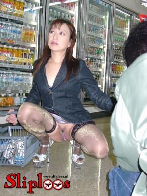Japans vrouwtje hurkt zonder slipje in de supermarkt!