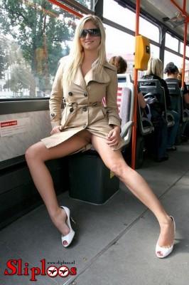 Blondine zit zonder slipje aan in de bus!