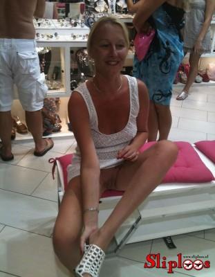 Vrouwtje doet haar benen wijdt en blijkt geen slipje te dragen!