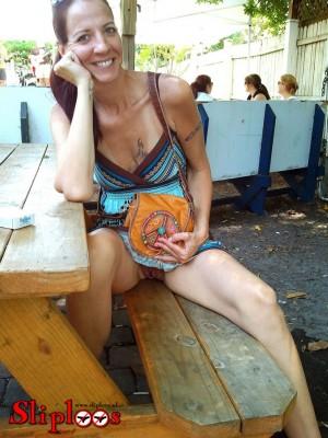 Vrouwtje zit sliploos aan een picknicktafel!