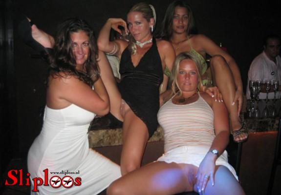 Groep meiden zit zonder slipje aan in de kroeg!
