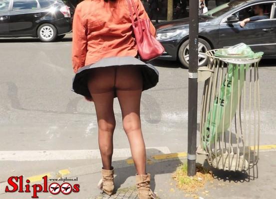 Vrouwtje wil zonder slipje aan oversteken!