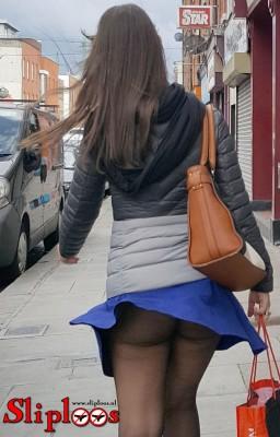 Meisje loopt zonder slipje door een winkelstraat!